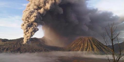 Asap letusan Gunung Bromo vertikal mulai terlihat, Senin (29/11) dari Dusun Cemaralawang, Desa Ngadisari, Kecamatan Sukapura, Probolinggo. Kompas