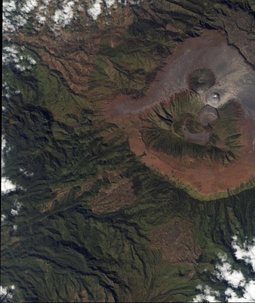 Aktifitas Gunung Bromo tahun 2004, dari NASA (http://earthobservatory.nasa.gov/images/imagerecords/5000/5062/bromo_iko_2001189_lrg.jpg). Asap putih terlihat keluar dari Gunung Bromo