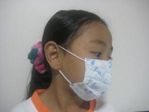 Menggunakan masker anak, fit