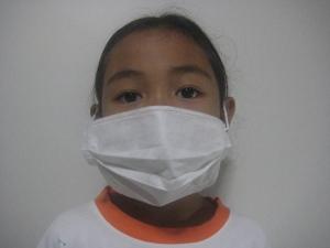 Menggunakan masker dewasa: kedodoran